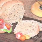 Weizen-Roggen-Toastbrot mit Körnern